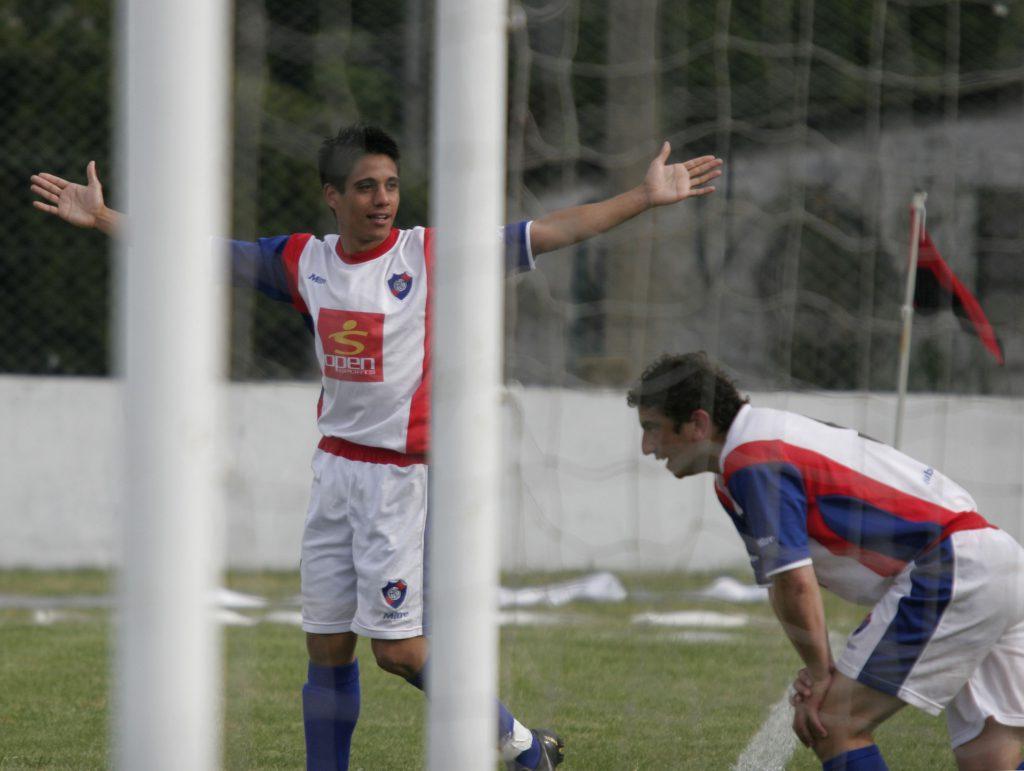 Farías (con los brazos abiertos) y Pereira (detrás de la red) llevaron a Cadetes al título en 2009.