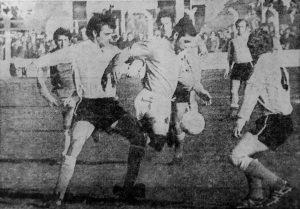 Roberto Perfumo en acción en el San Martín. La Selección Argentina goleó a Kimberley pero no convenció a los presentes ese día en Mar del Plata.