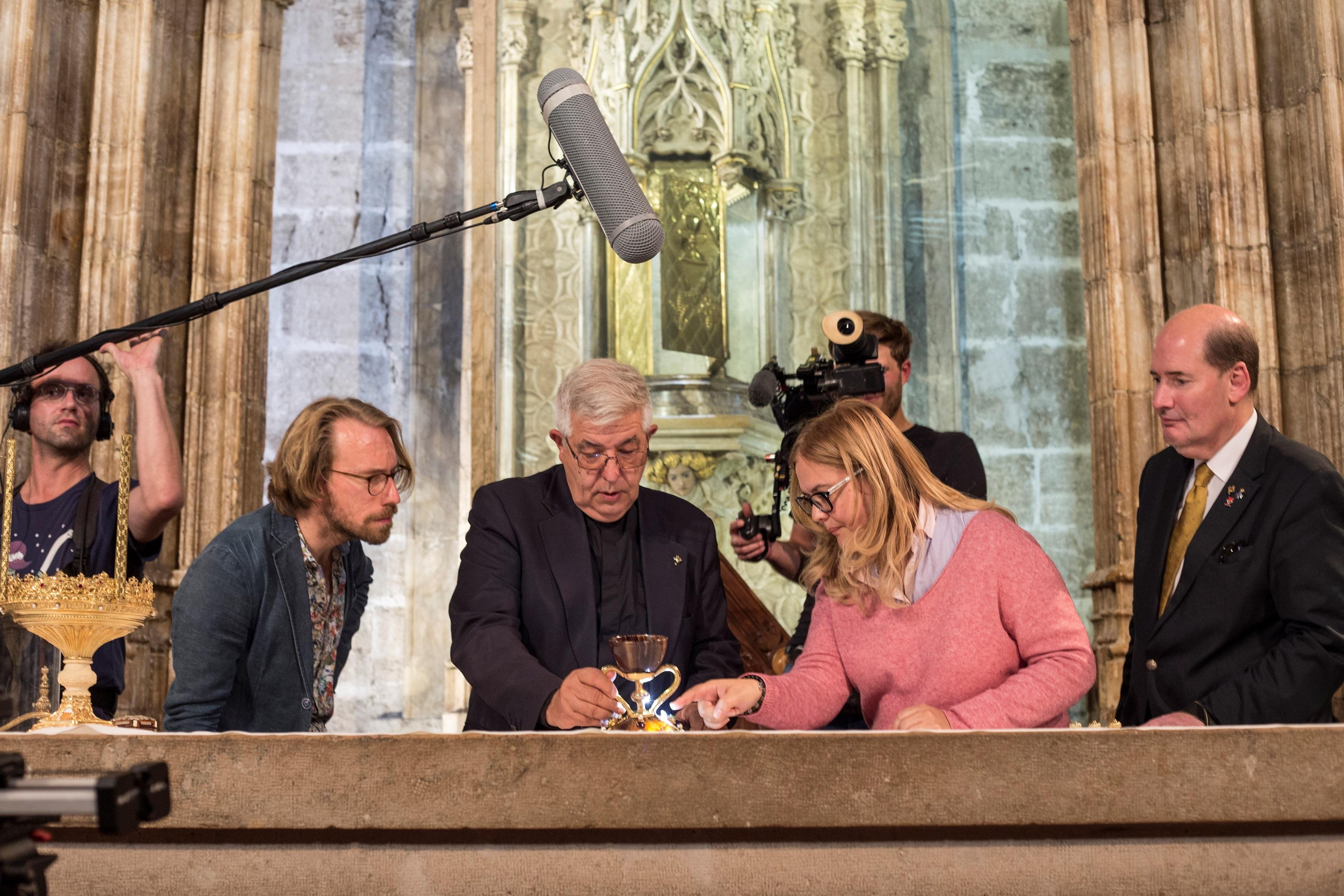 Jaime Sancho y Ane Mafé en la Capilla de Santo Cáliz de la Catedral de Valencia junto a Michael Hesemann. Foto: EFE | Guillermo Aguilar.