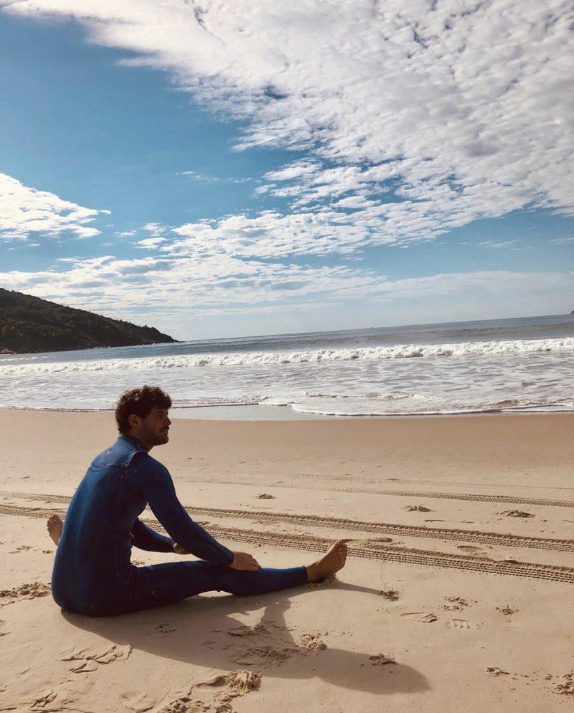 Muñiz, en la playa, esperando meterse al agua. Pero, por suerte, estuvo sólo un mes fuera del agua. En Brasil la cuarentena fue mucho más laxa.