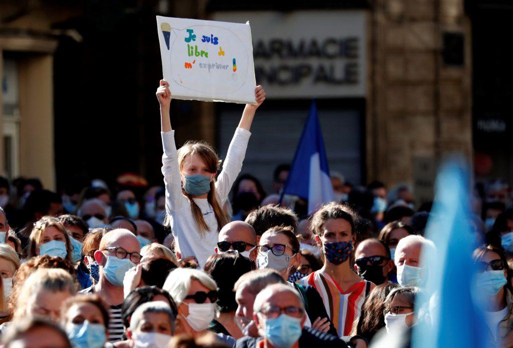 Una niña sostiene un cartel que dice 'Soy libre de expresarme' en Marsella. Foto: EFE | EPA | Guillaume Horcajuelo.