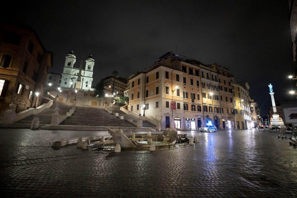 Protestas y violencia en Nápoles por el toque de queda — Videos
