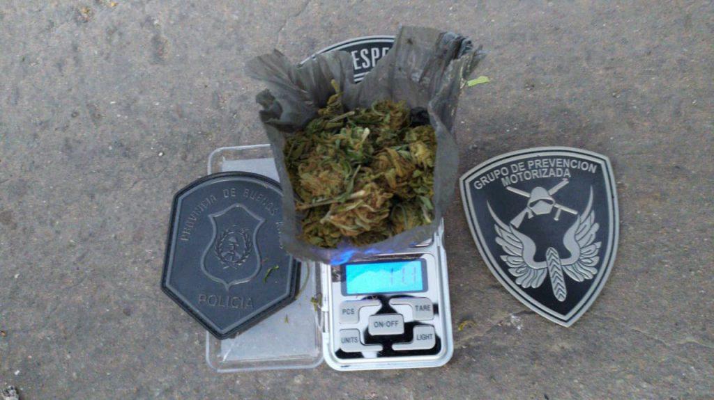 Marihuana secuestrada en poder de uno de los  motociclistas.