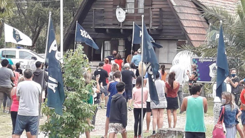 Los vecinos de Sierra de los Padres protestaron frente a la comisaría decimocuarta el lunes 3 de enero.