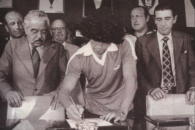 La firma de Diego, el viernes 20, ante la mirada de Consoli y Noel.