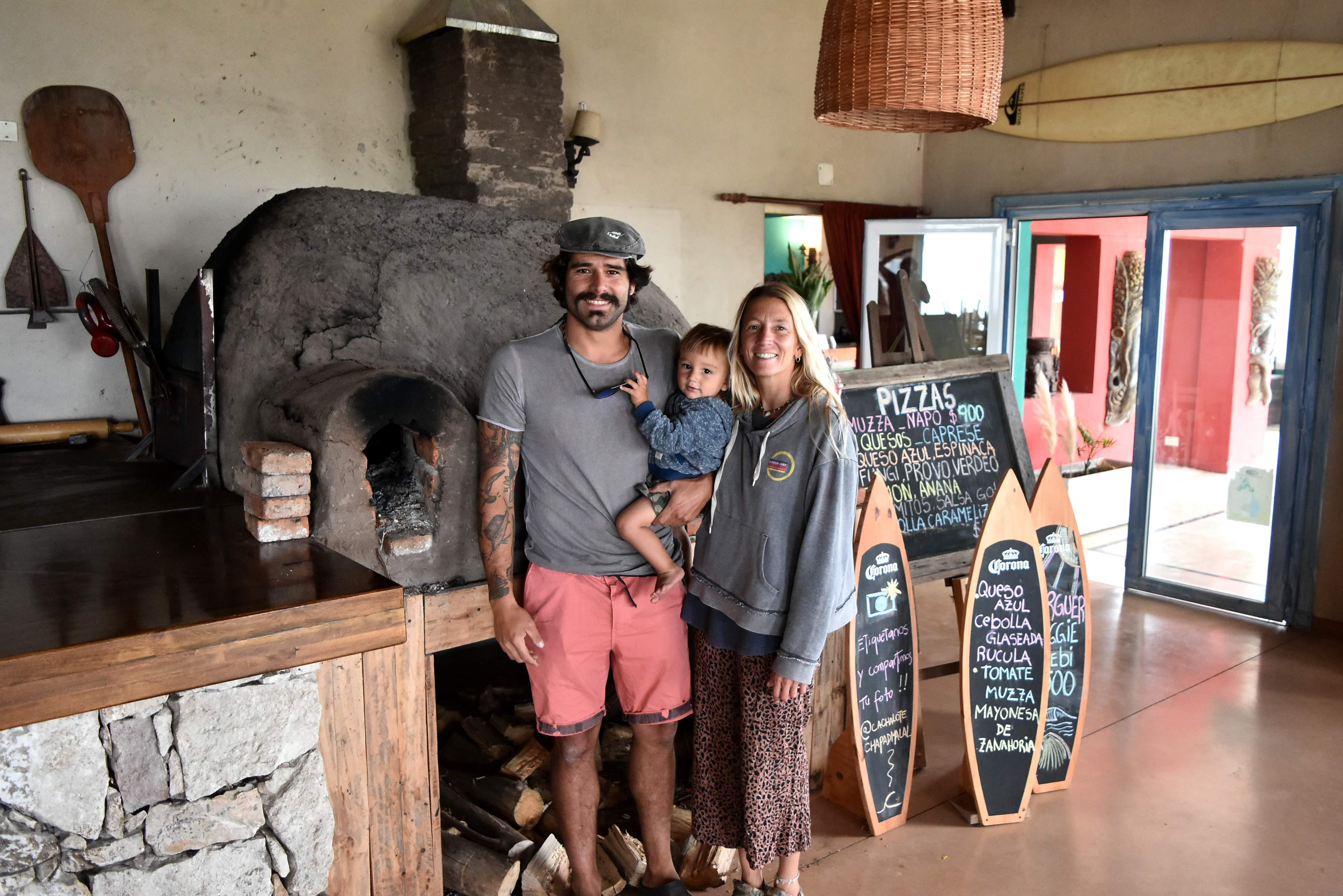 """Agustin Deforonda, Loli Lanusse y su hijo Manú, amantes del surf, están a cargo del restaurante """"Cachalote"""", sobre la ruta 11."""