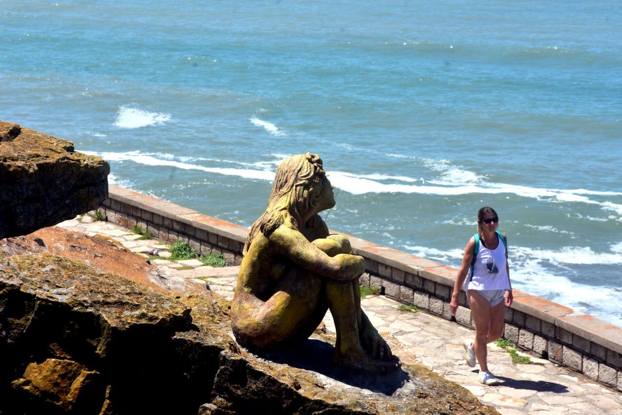 Resultado de imagen para Una escultura de una mujer apareció en la costa de Mar del Plata
