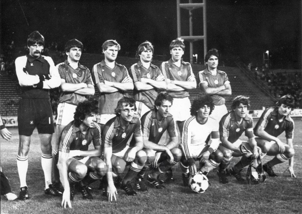 El equipo de Hungría se saca la foto con Maradona.