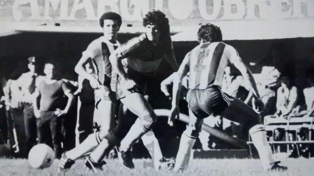Diego toca al medio para el primer gol de Brindisi.
