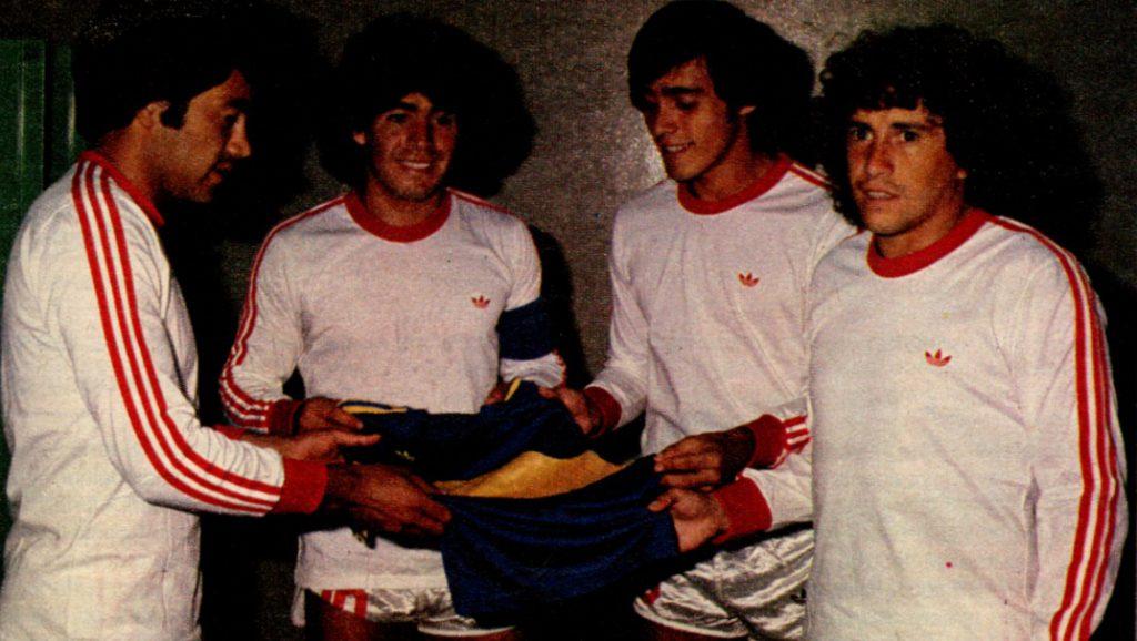 Maradona, Carrizo, Pasculli y García sostienen la camiseta de Boca en una producción de El Gráfico.