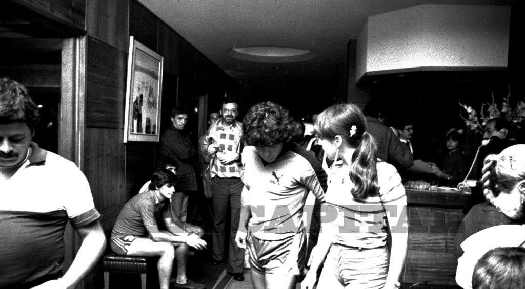 """Diego y Claudia en el hotel Iruña. A la izquierda el periodista """"Tití"""" Fernández."""