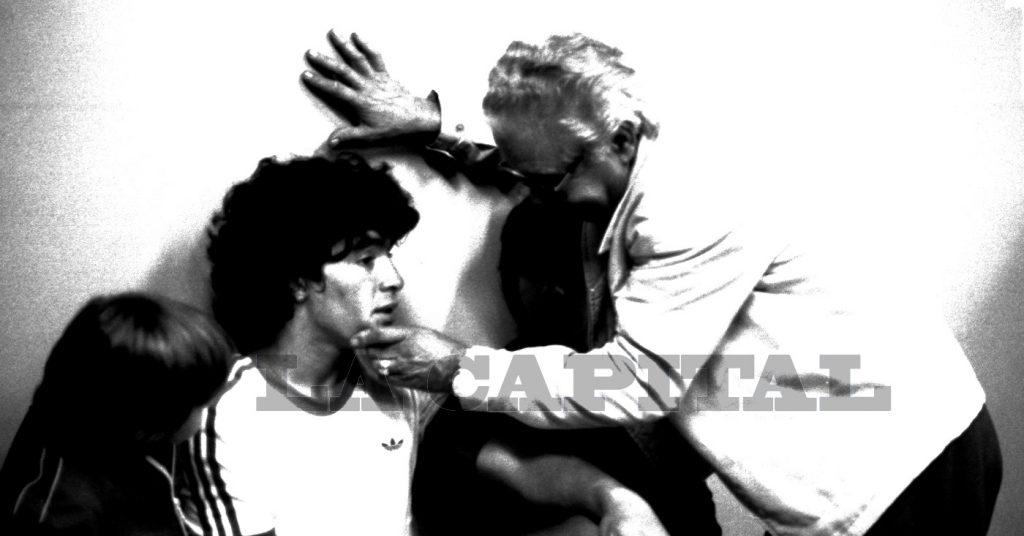 Consoli y Maradona, en el vestuario, tras el partido con Hungría.