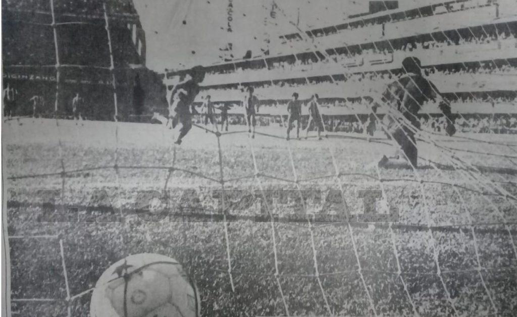 El primer gol de penal de Maradona.