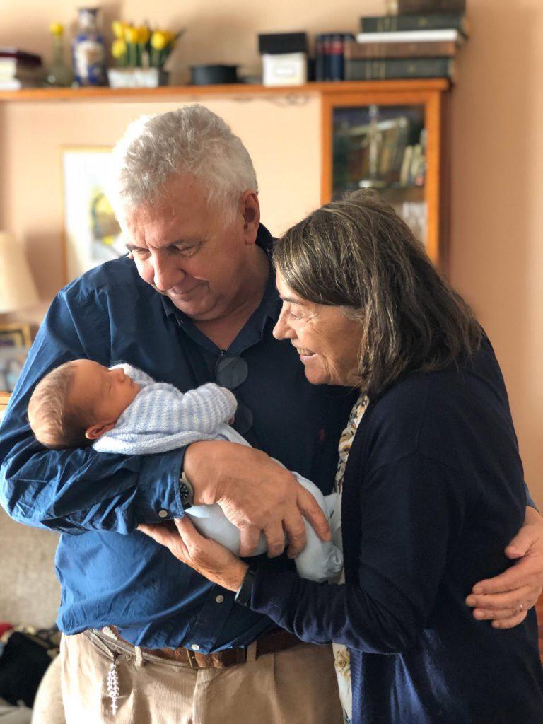 Bensadon junto a Tirso, el nieto que fue a conocer a España.