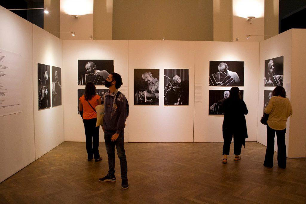 La muestra de fotos sobre Astor Piazzolla.