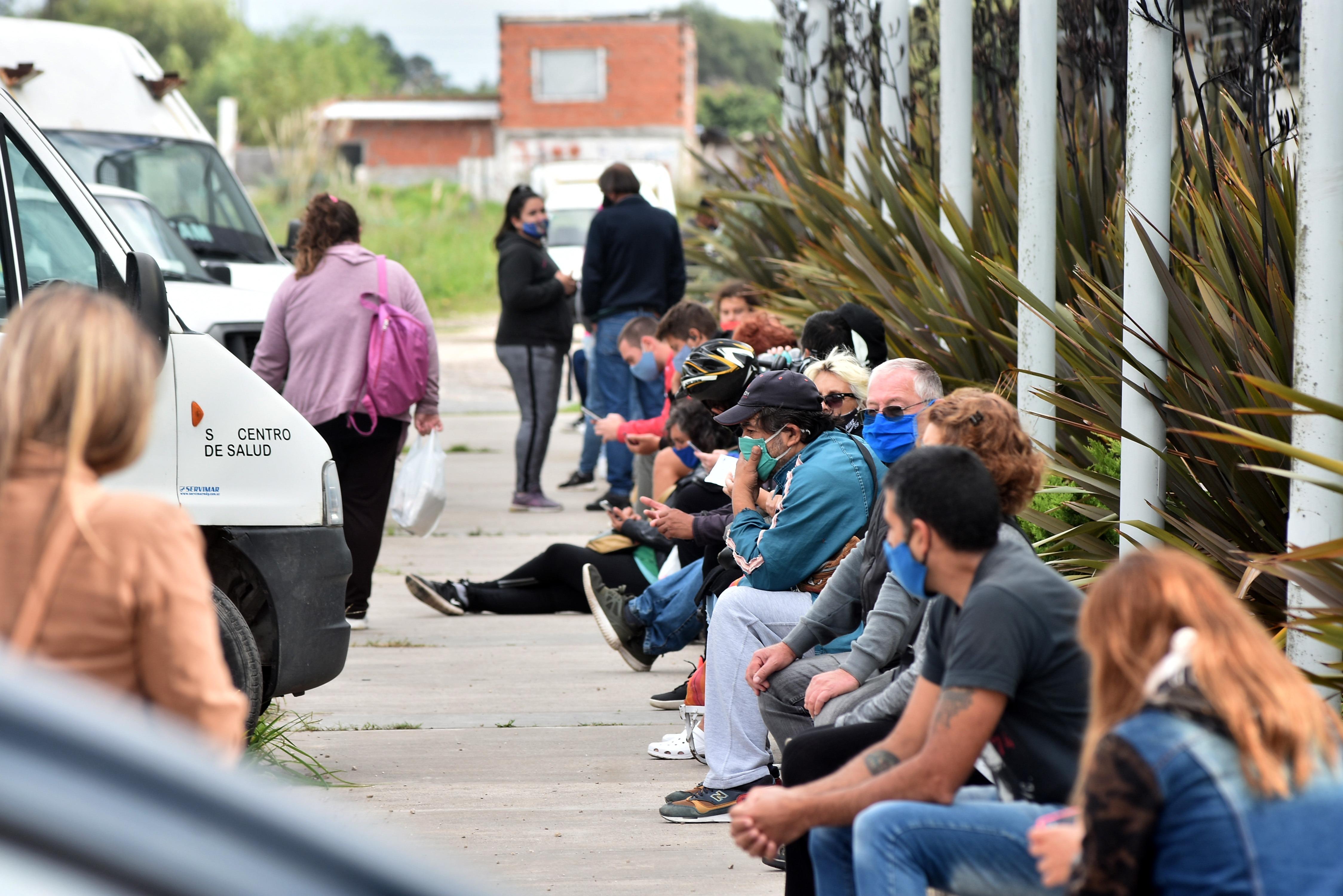 Una fila de 200 metros para hisoparse en el CEMA, una imagen que no se veía desde el pico de la pandemia.