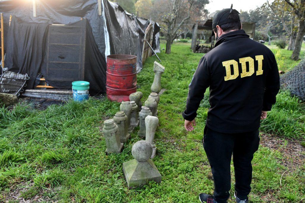 Luminarias, bases de piedra y hasta una campana antigua fueron halladas en  el campo « Diario La Capital de Mar del Plata