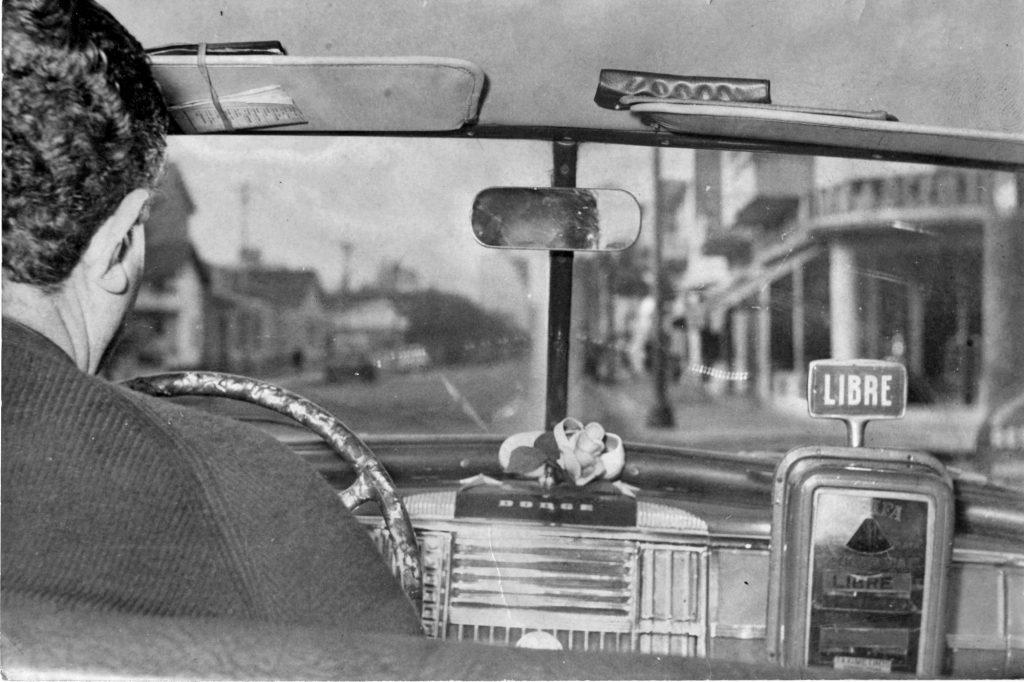 """Los taxis fueron siempre escenario de singulares historias. Esta foto nos permite remontarnos a la década del 60 y subirnos a uno de aquellos """"autos de alquiler"""" con reloj a cuerda."""