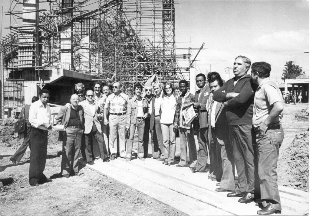 Un grupo de periodistas extranjeros llegó en marzo de 1977 para ver cómo marchaban las obras del estadio Ciudad de Mar del Plata.