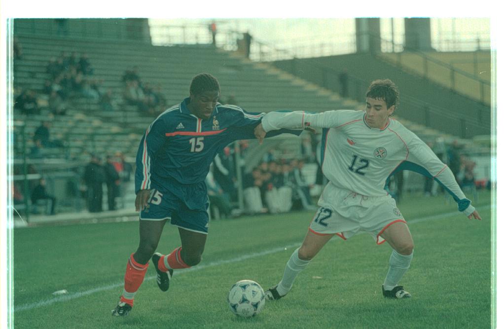 Francia y Paraguay animaron uno de los partidos disputados en Mar del Plata por el Mundial Sub 20 en 2001.