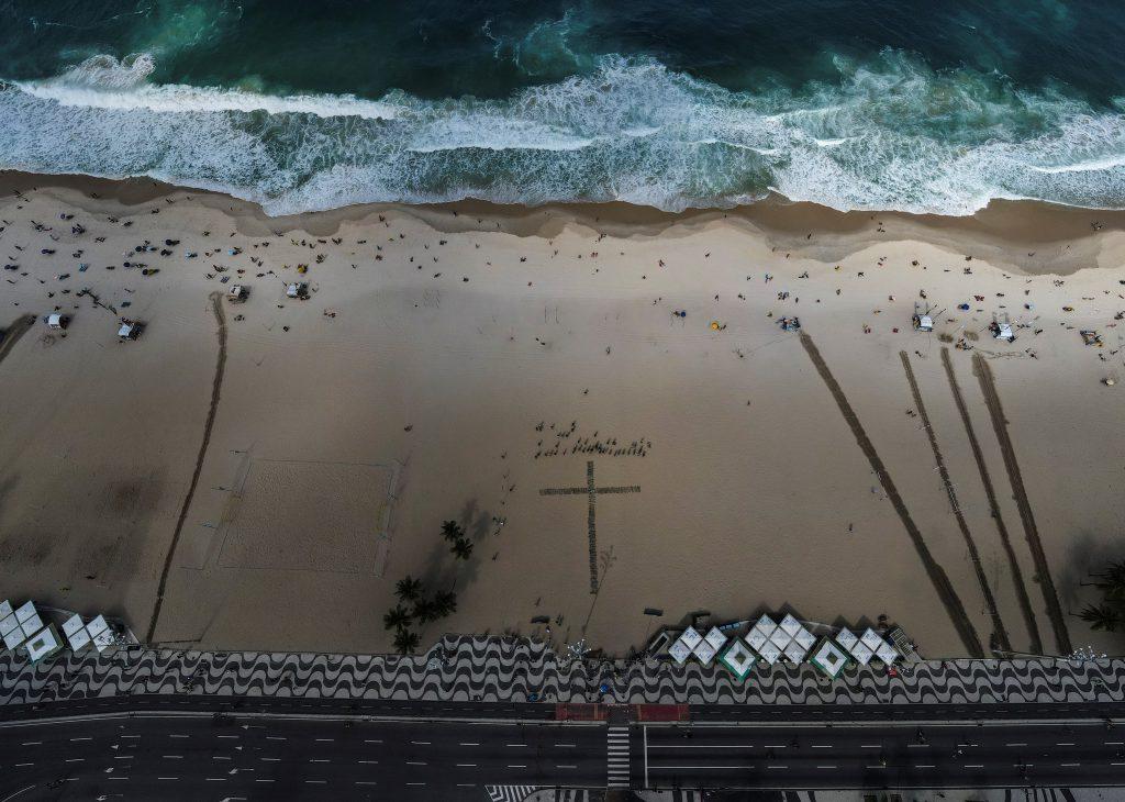 Rosas rojas en Copacabana en memoria de 500.000 víctimas de covid en Brasil