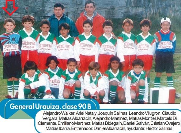 """""""Dibu"""" a los 6 años, jugando con chicos dos categorías más grandes, en General Urquiza. Foto LA CAPITAL."""